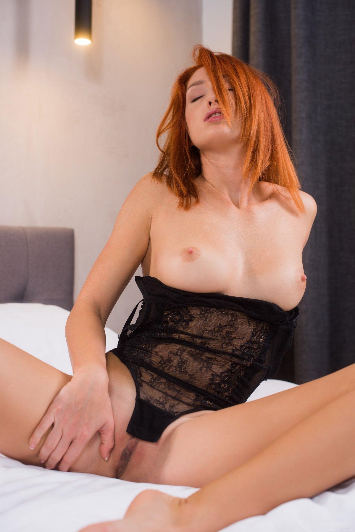 Чувственные фото рыжей телки в черном кружевном боди секс фото