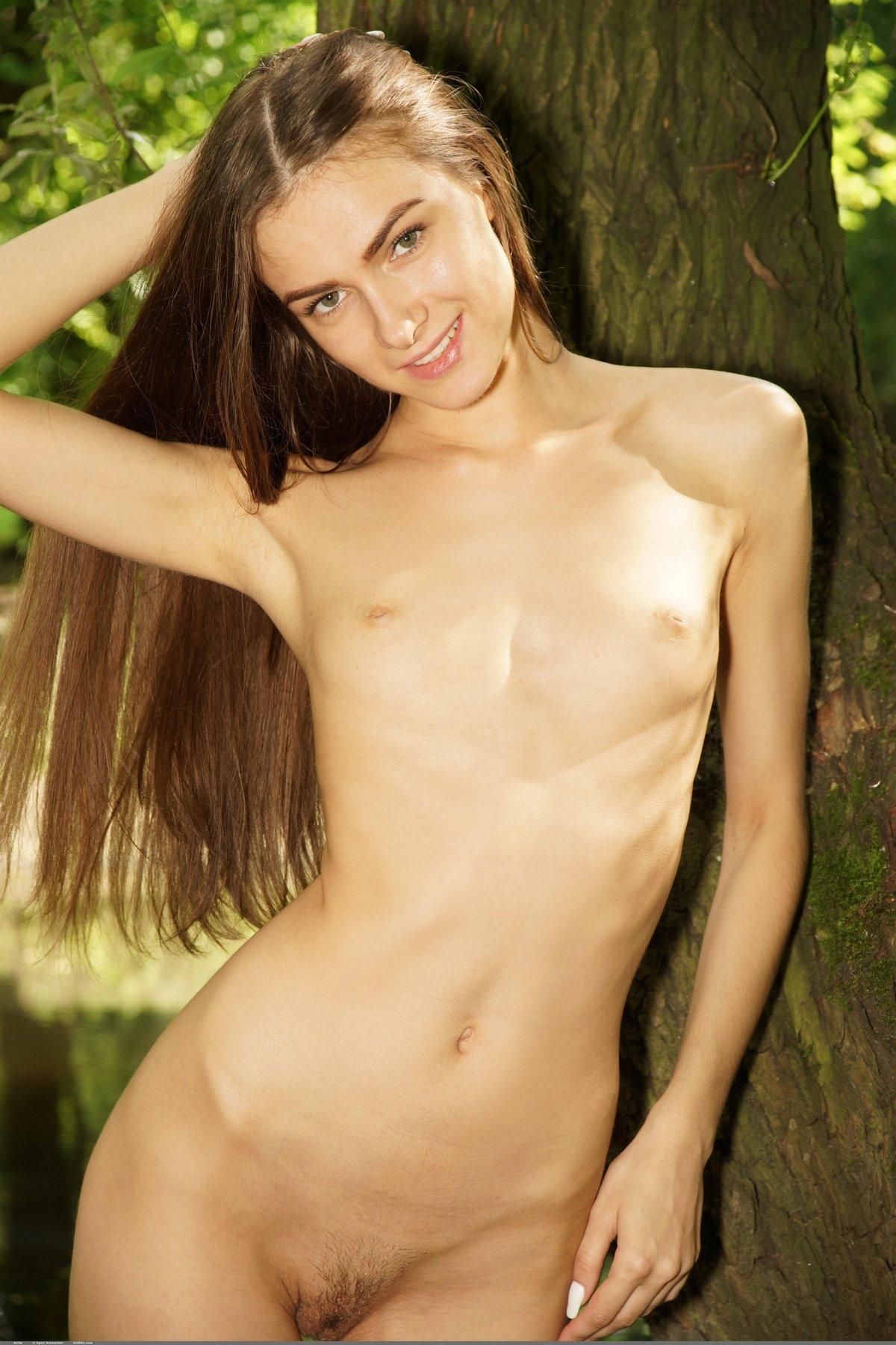 Фото ню красивой тёлки с красивыми волосами в саду