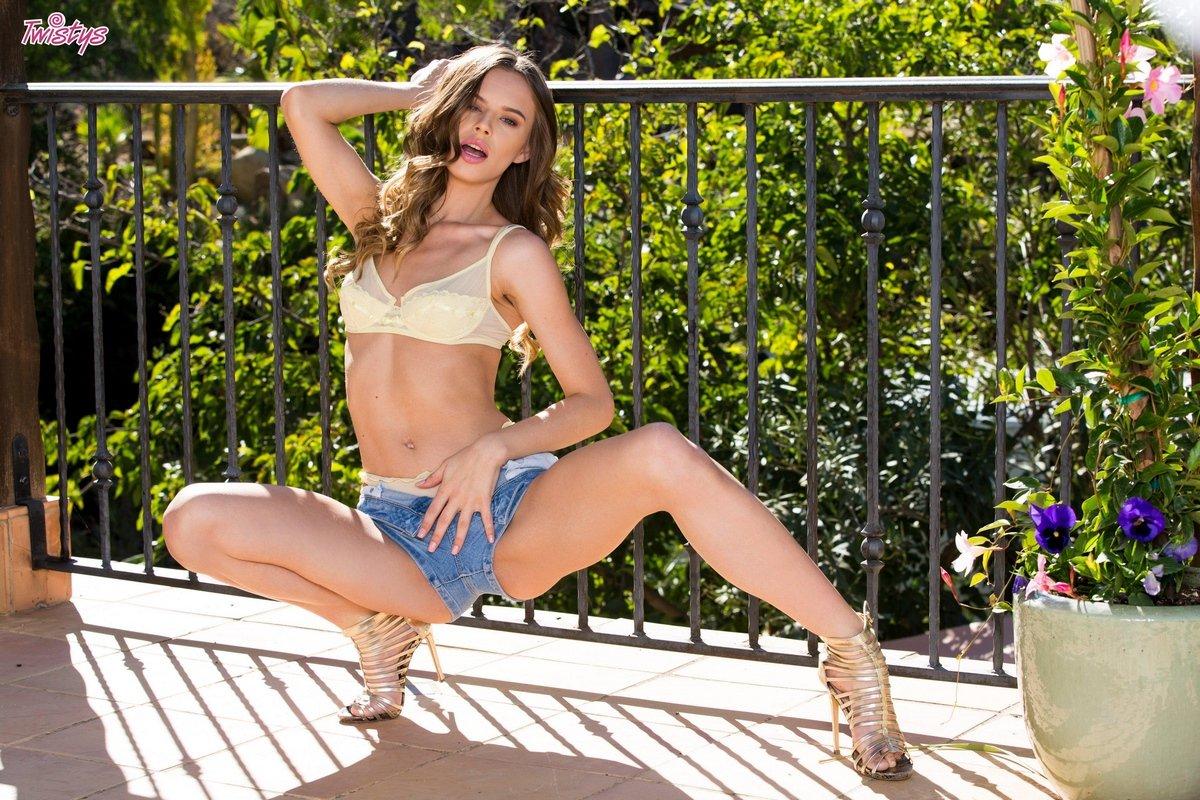 Красотка Jillian Janson спускает тонги на балконе