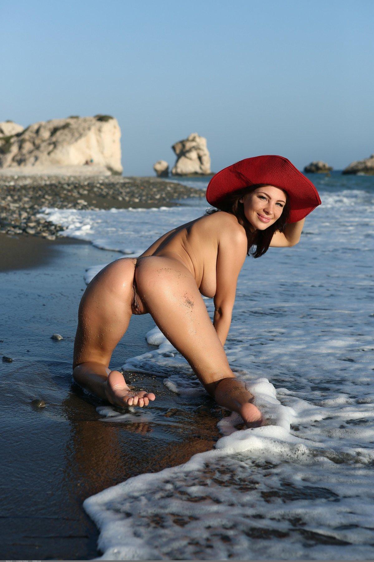 Нагая милашка в красной шляпе у моря смотреть эротику