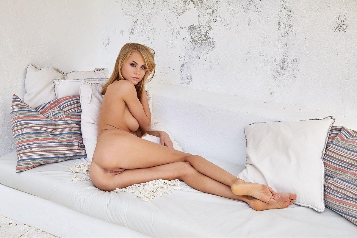 Соблазнительная блондинка с красивой грудью