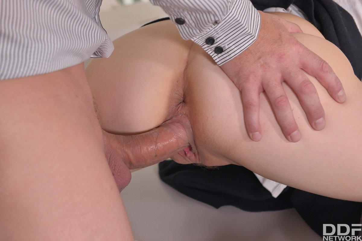 Парочка занимается нежным анальным сексом в офисе на столике