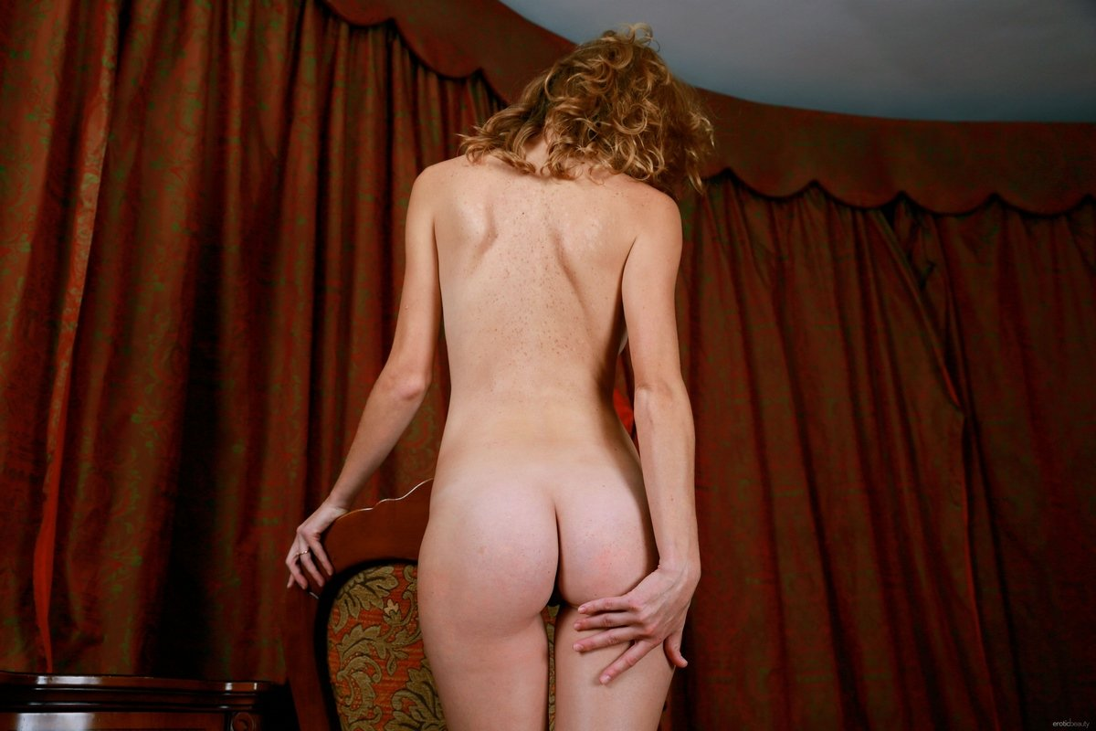 Привлекательная голая зрелка с рыжими волосами на столе секс фото