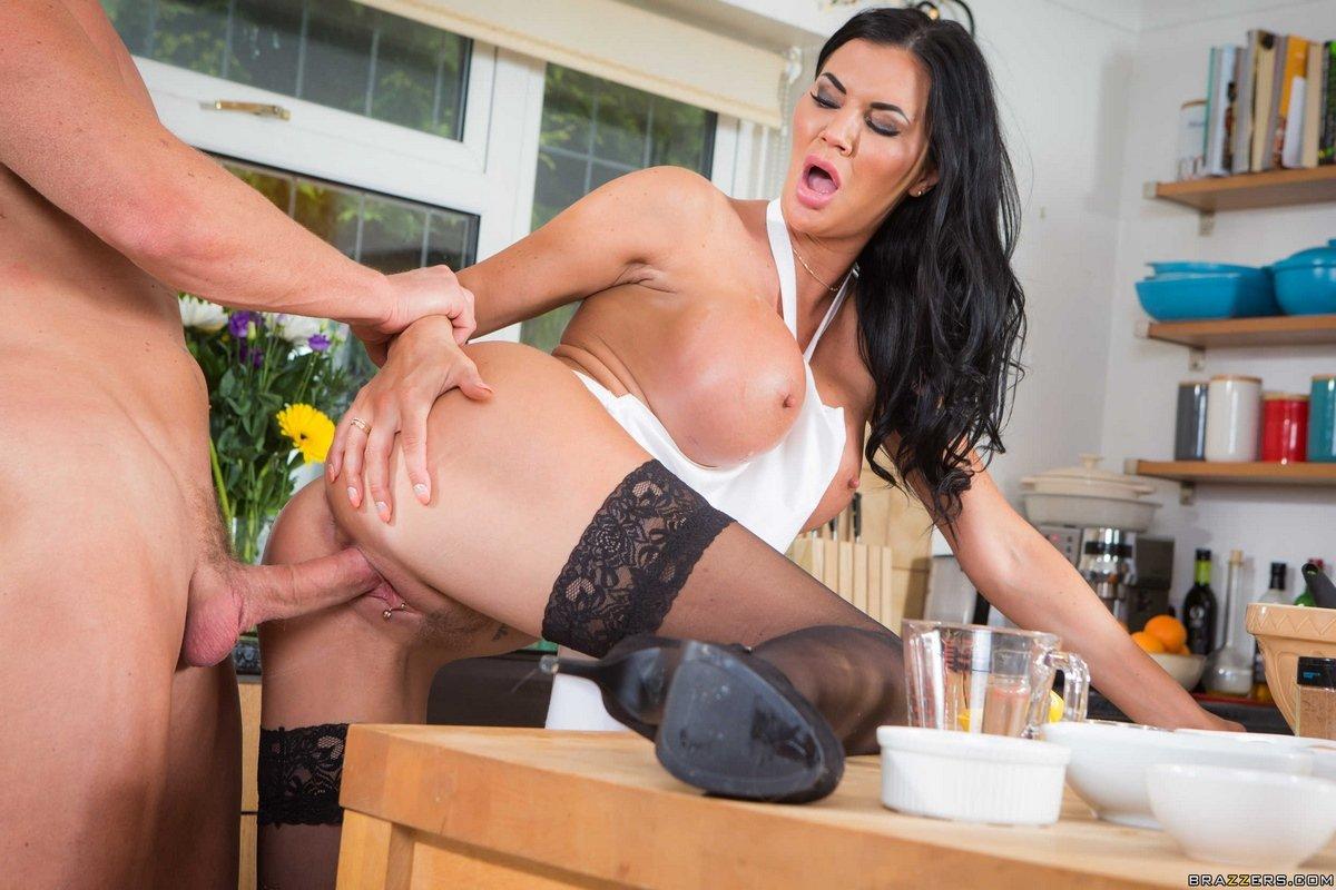 Титястая домохозяйка в носках трахается на кухне