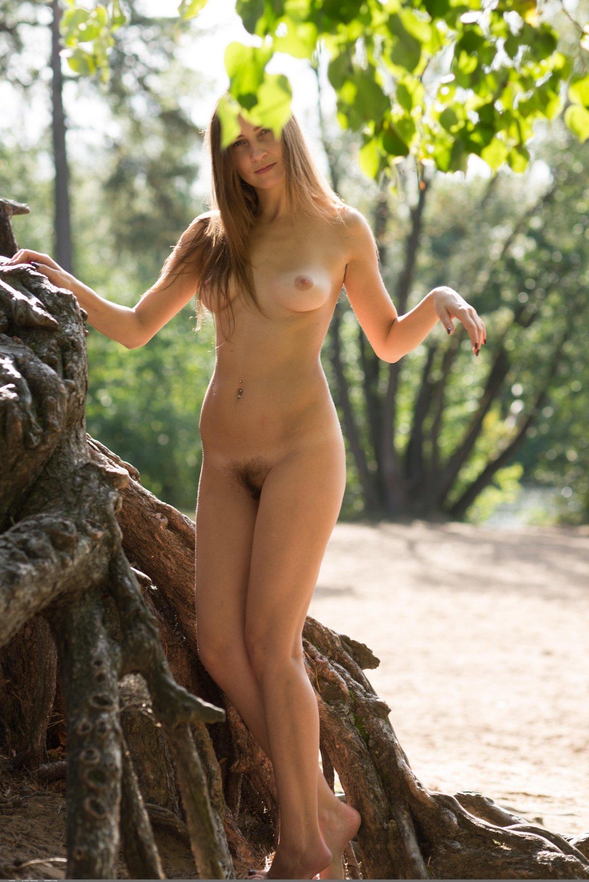 Баба в ажурной кофточке на голые сиськи под деревом смотреть эротику
