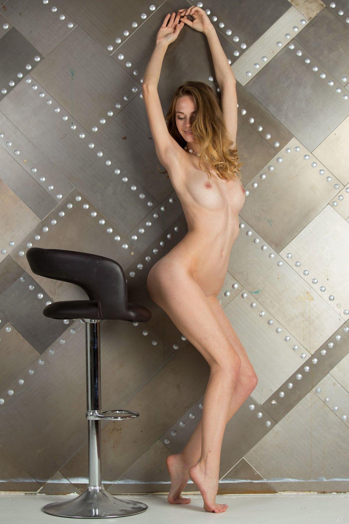 Обнаженная Irene на высоком стуле