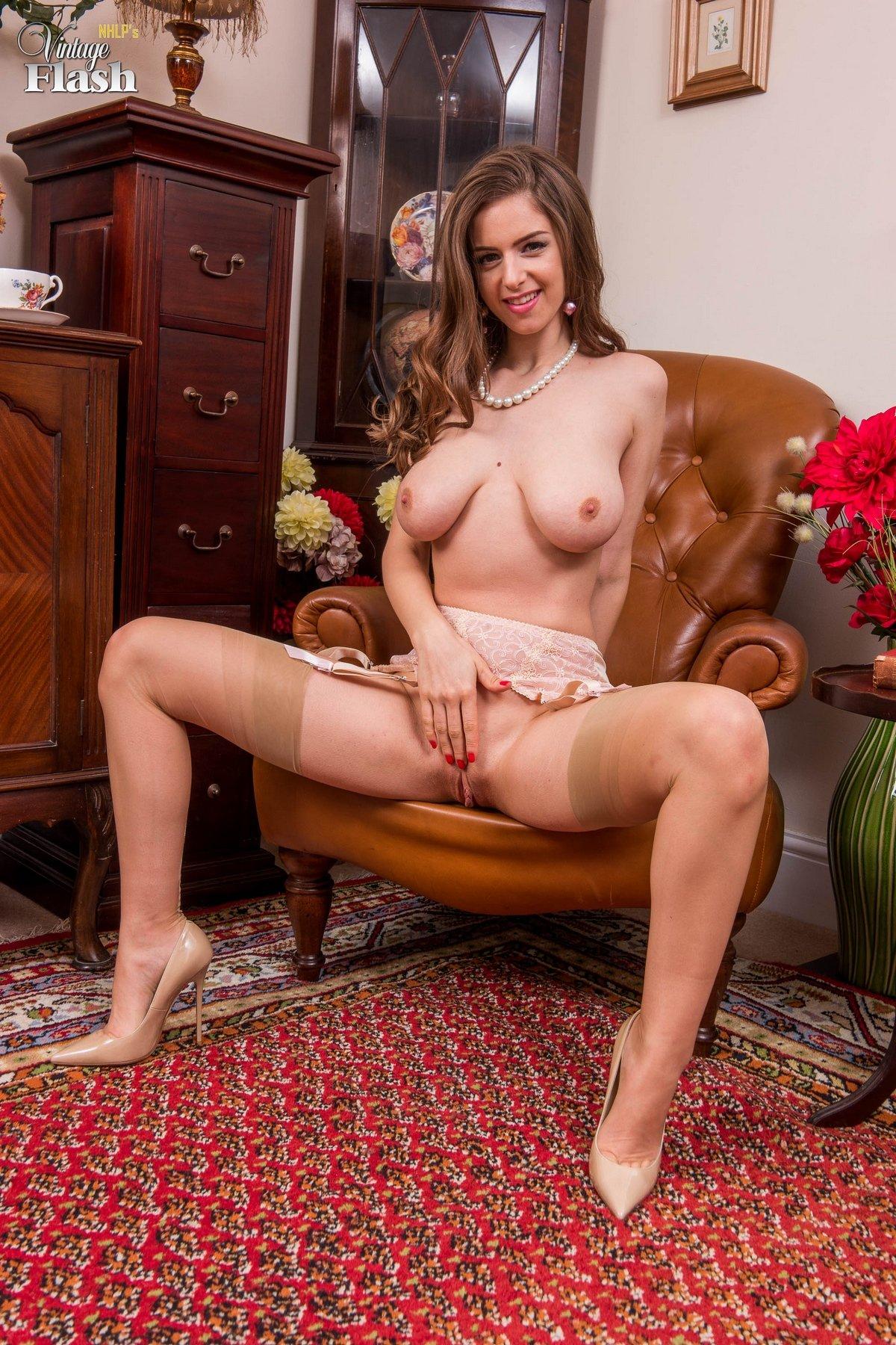 Девушка в красивом белье и носках показывает классные титьки секс фото