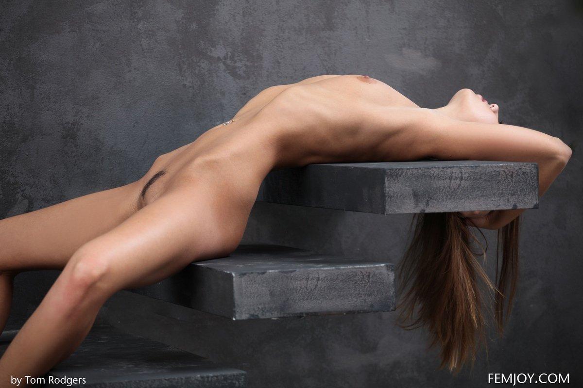 Соблазнительные фото тёлки Sabrisse на ступенях
