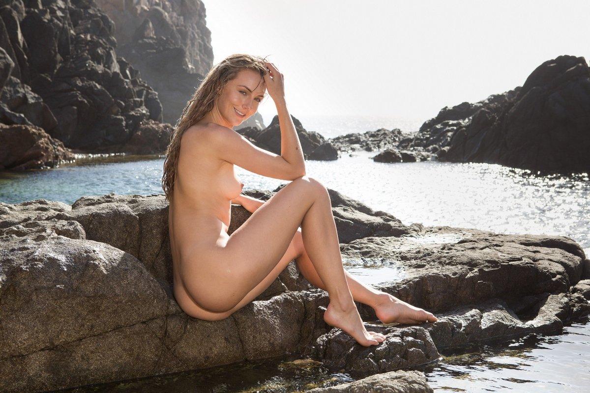 Порнуха раздетой Jennifer Love на скале