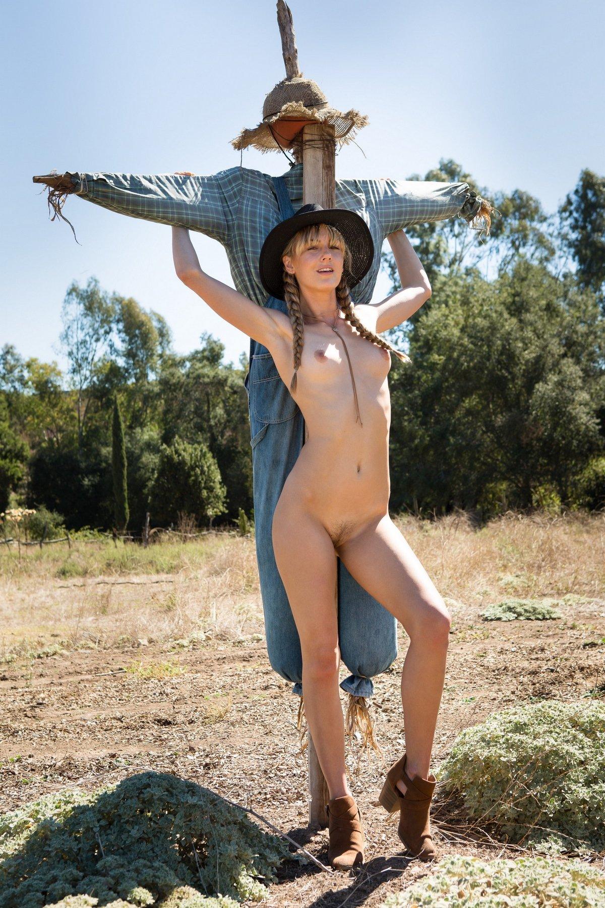 Jennifer Love стягивает шортики на ранчо