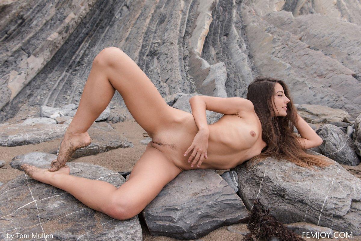 Нежная фрау с симпатичными волосами Lorena оголилась у скалы