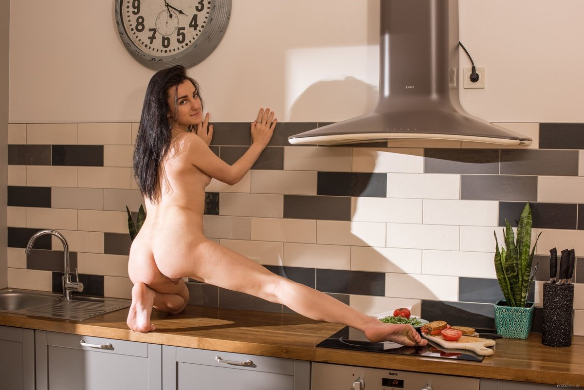 Раздетая темненькая девушка с розовой попкой в домашних условиях