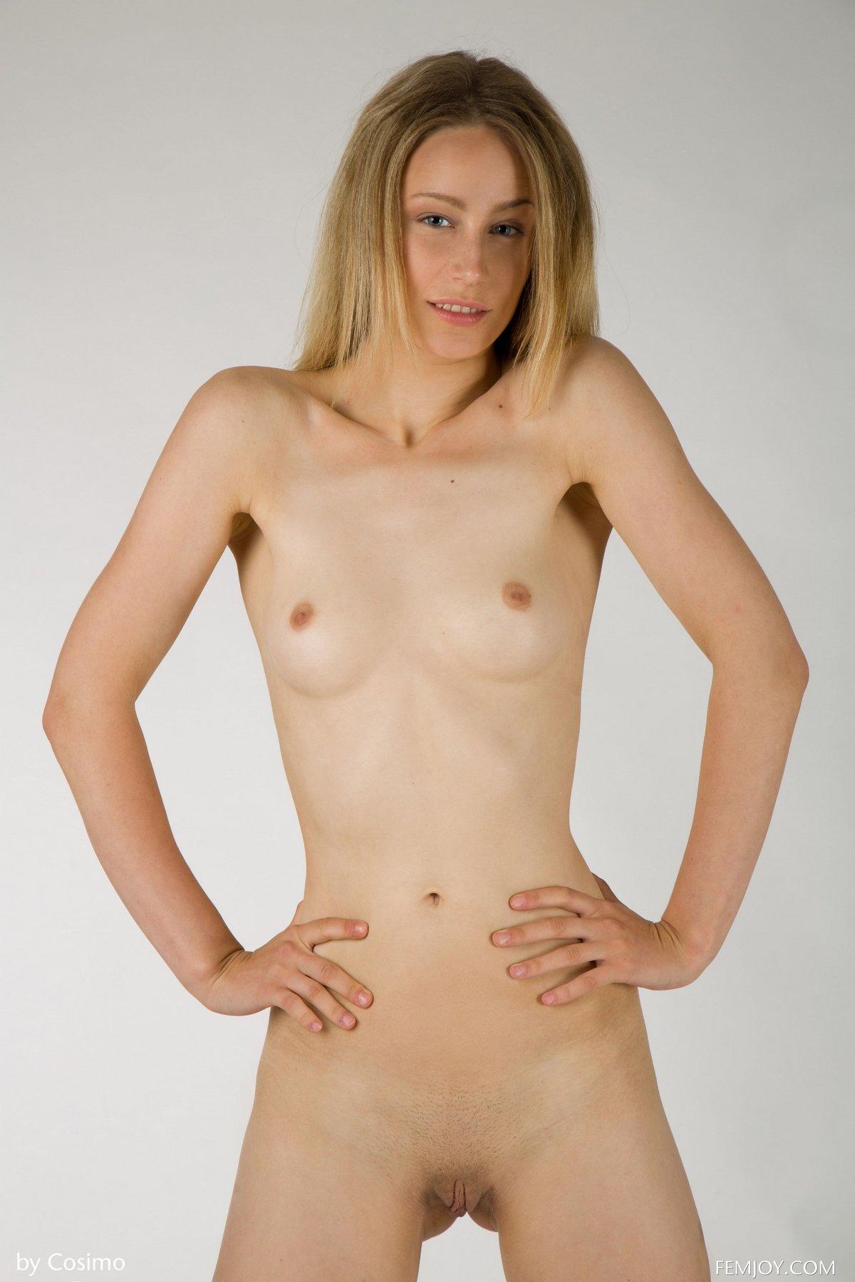 Модель Florina позирует в розовом белье