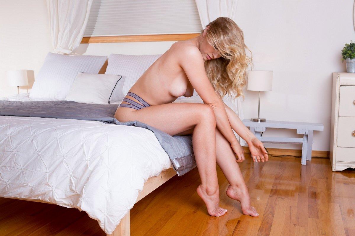 Светловолосая девушка сняла белье и валяется в койке секс фото