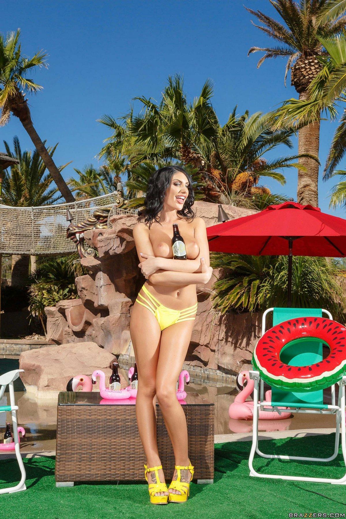 Выразительная шатенка August Ames соблазнительная эротика у бассейна секс фото