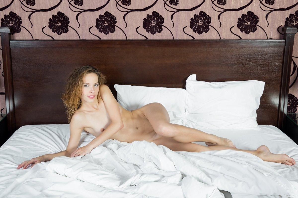 Нагая сучка с кудряшками проснулась на кроватке