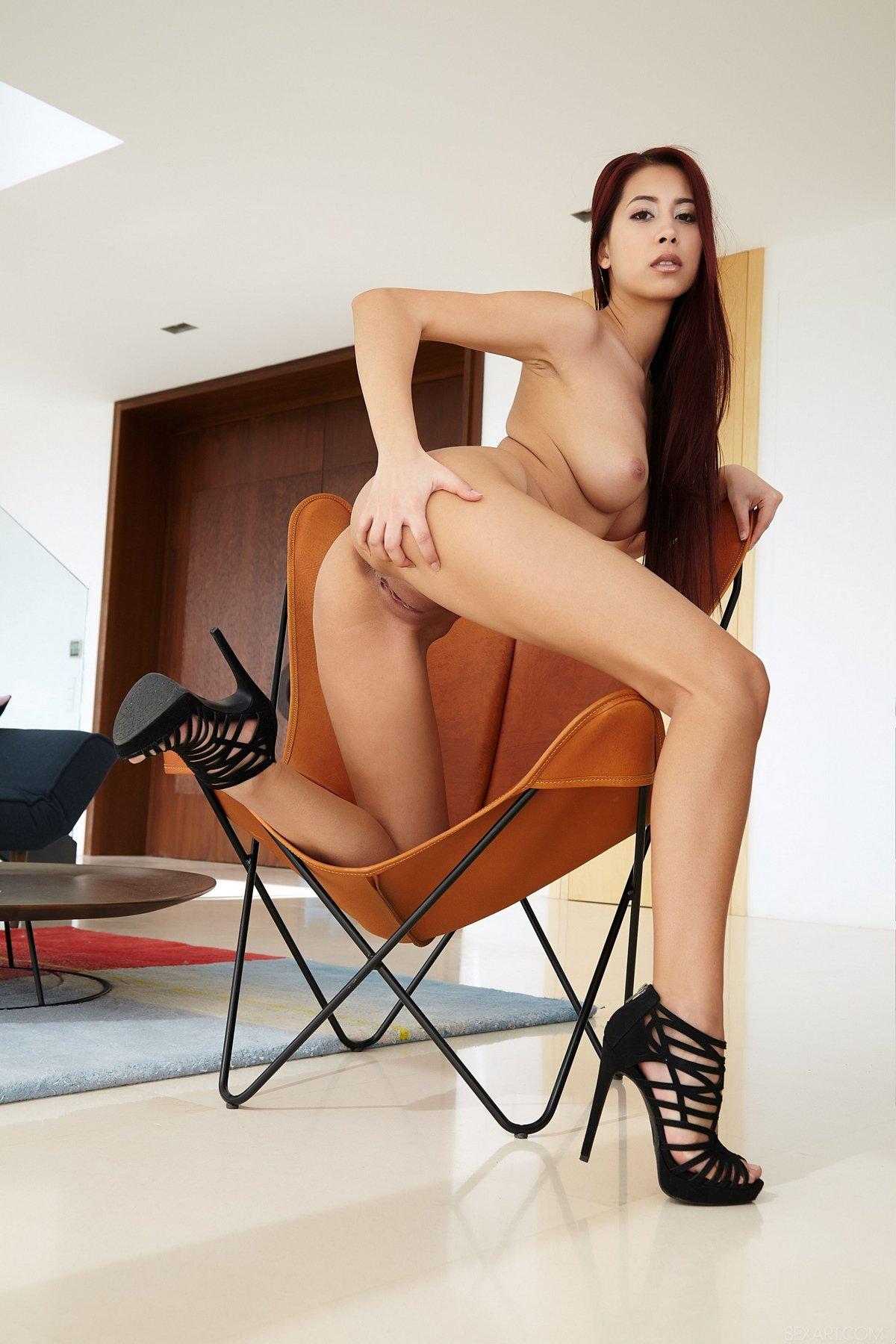 Возбужденная Paula Shy задирает бритые ножки смотреть эротику