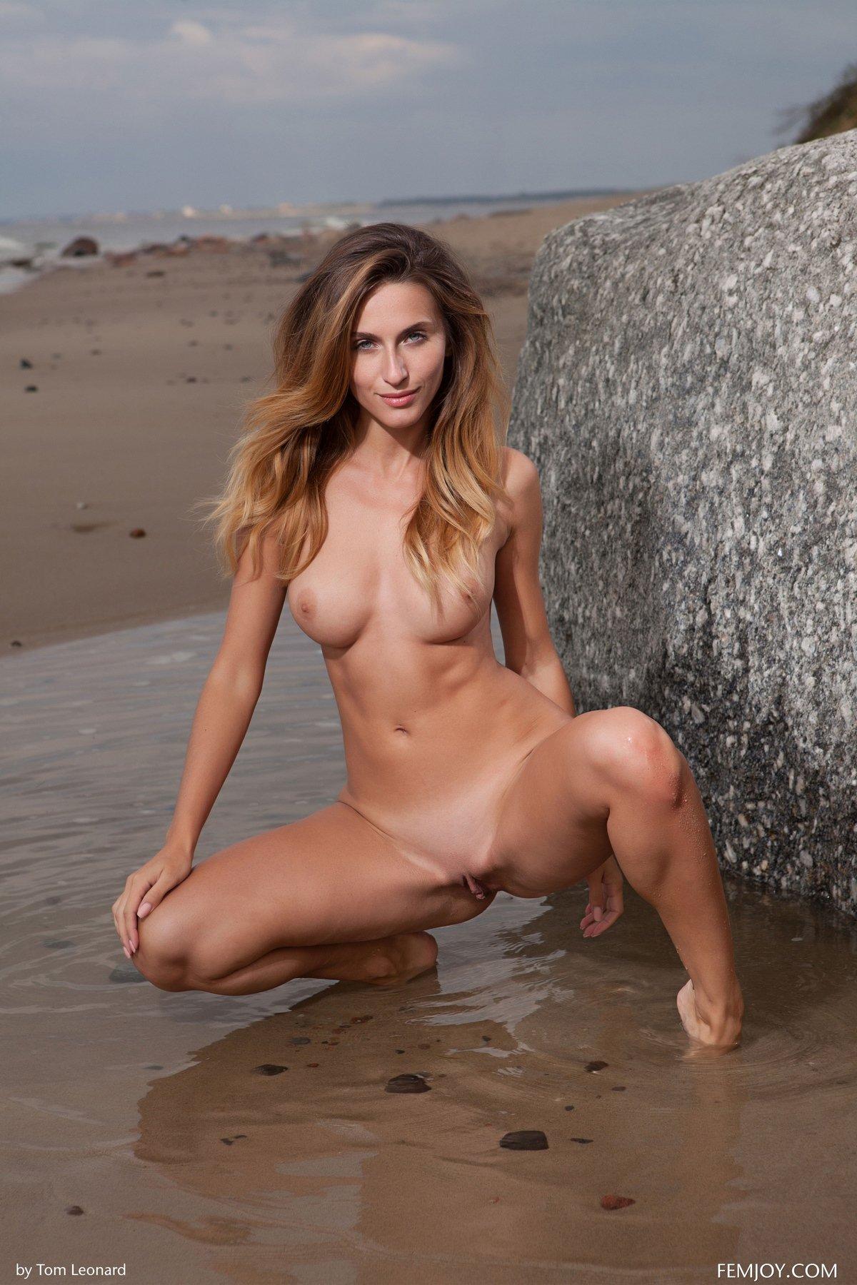 Обнаженная Rena купается в море