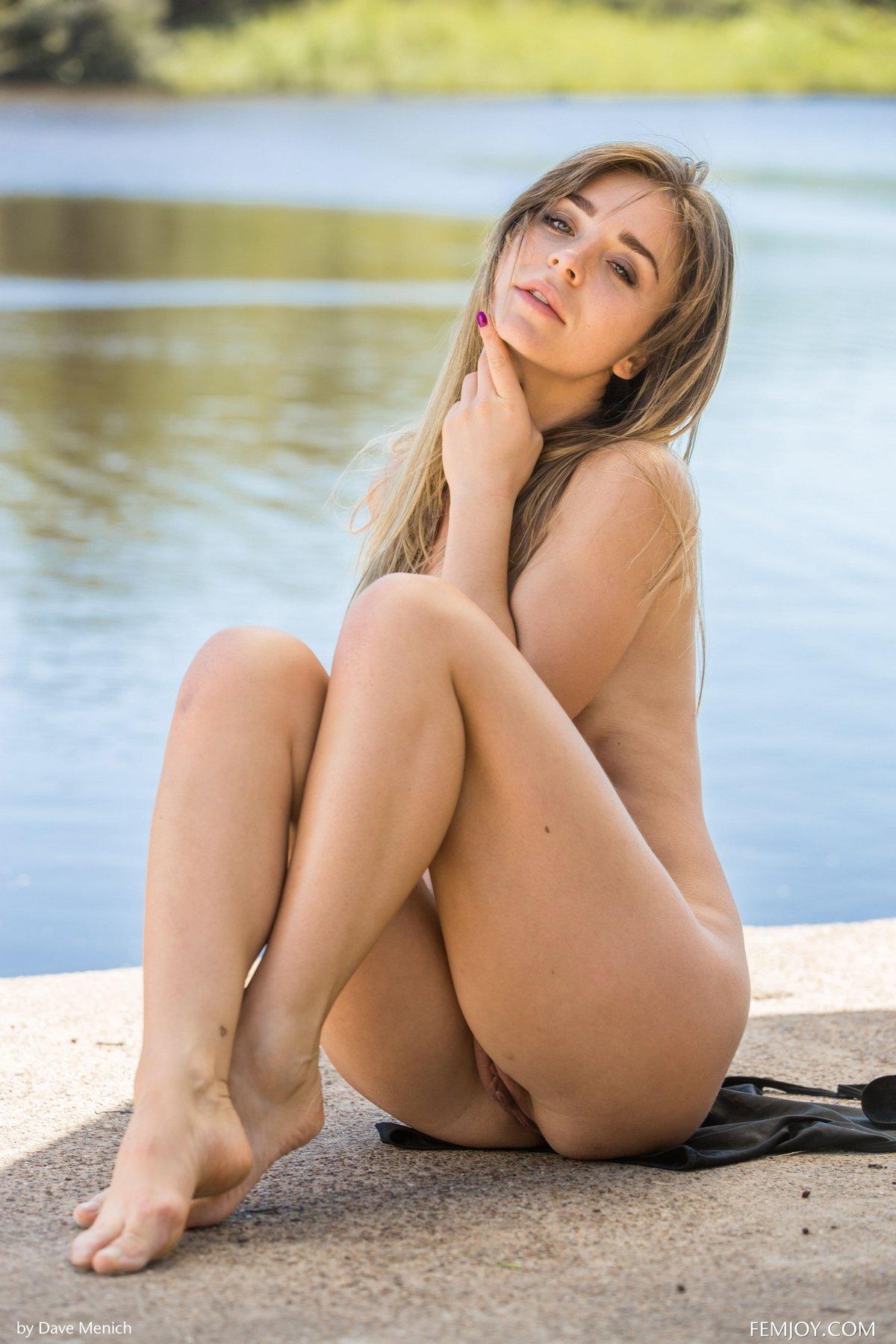 Классная блондиночка Natalia сбросила купальник возле воды