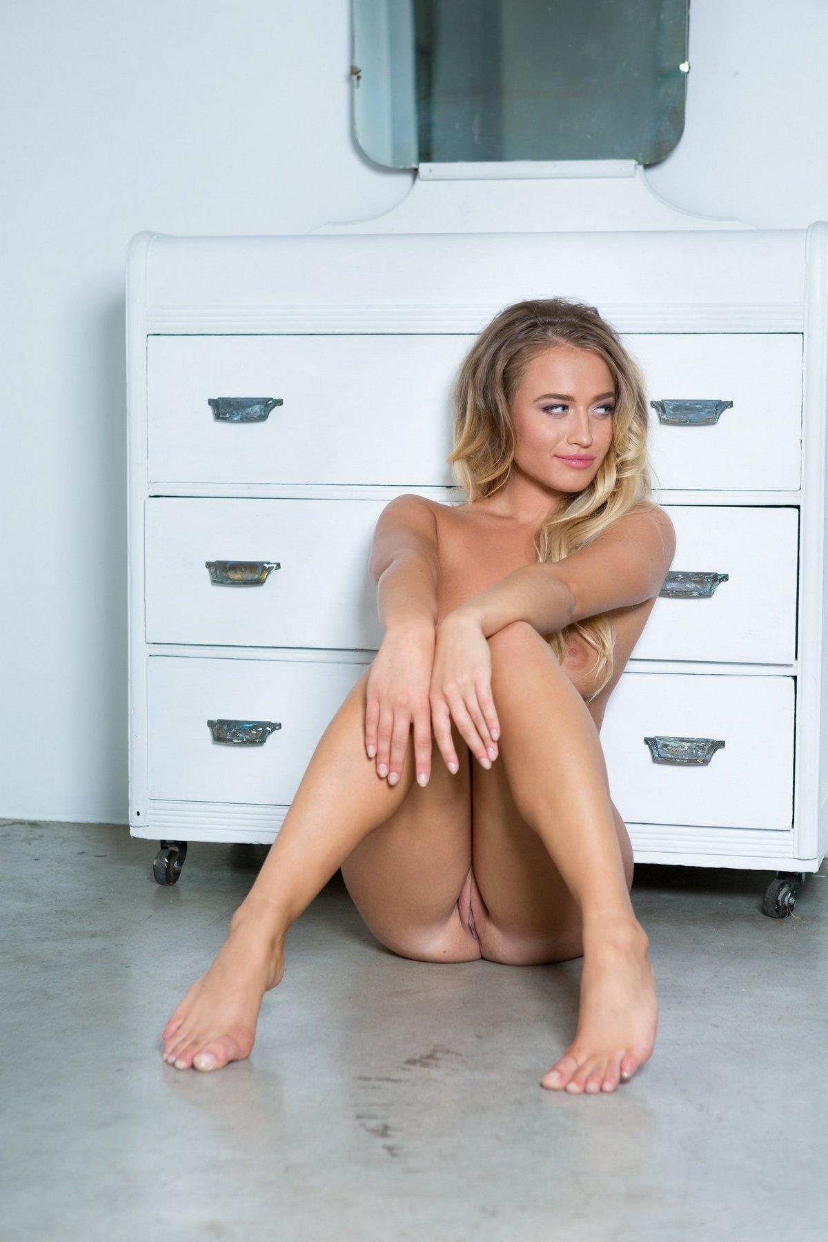 Сексуальная блондинка сняла трусики перед зеркалом