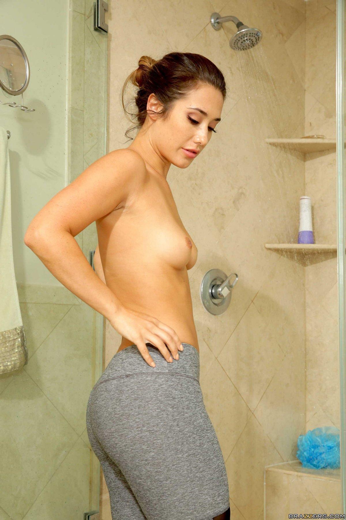 Девушка показала красивую попку в мыльной пене