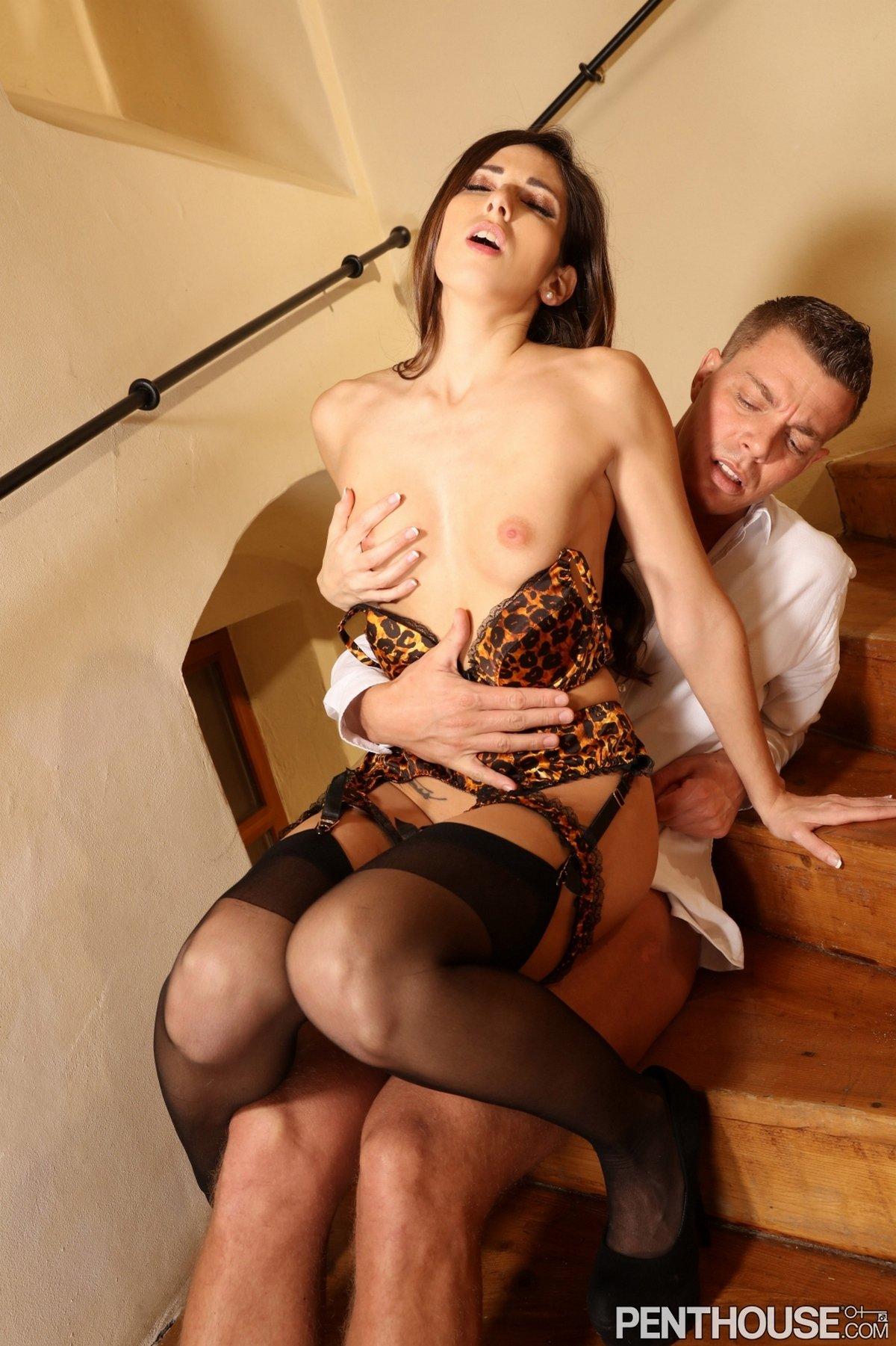 Изящный трах с темненькой телкой в леопардовом белье на лестнице