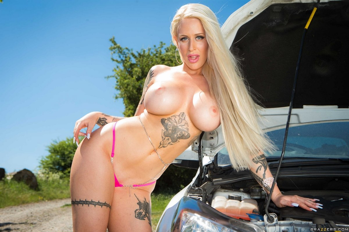 Шикарная блондинка в татуировках разделась возле авто