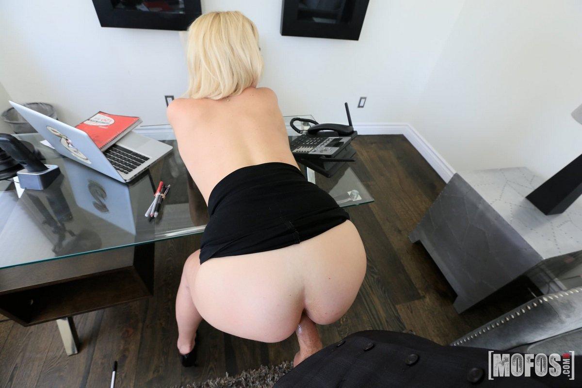 Сексуальная блондинка наслаждается аналом секс фото