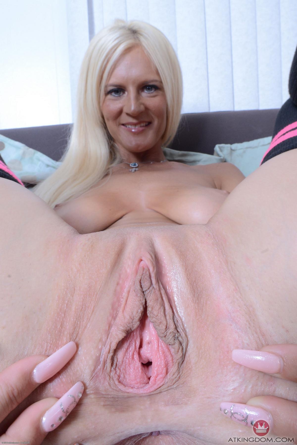Возрастная тетка показывает вагину секс фото