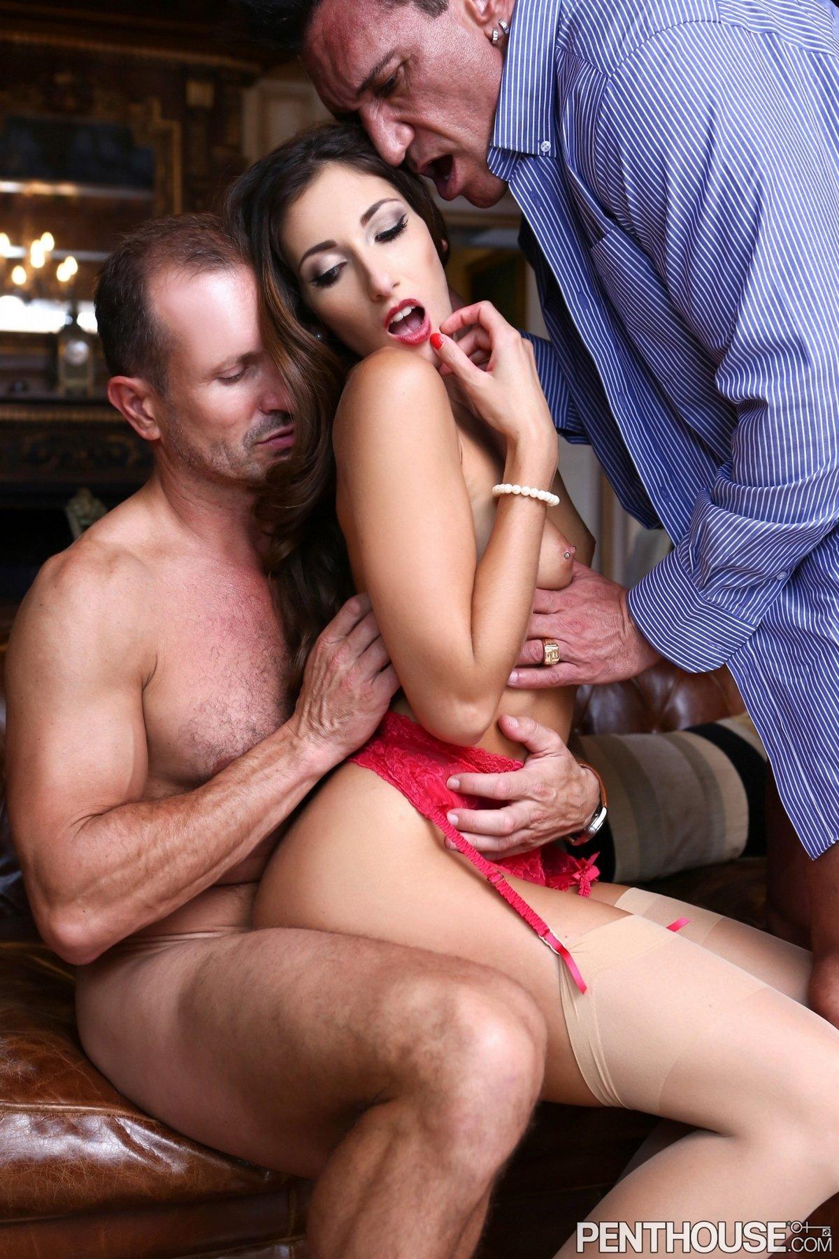 Clea Gaultier занимается сексом с Двумя пареньками у камина
