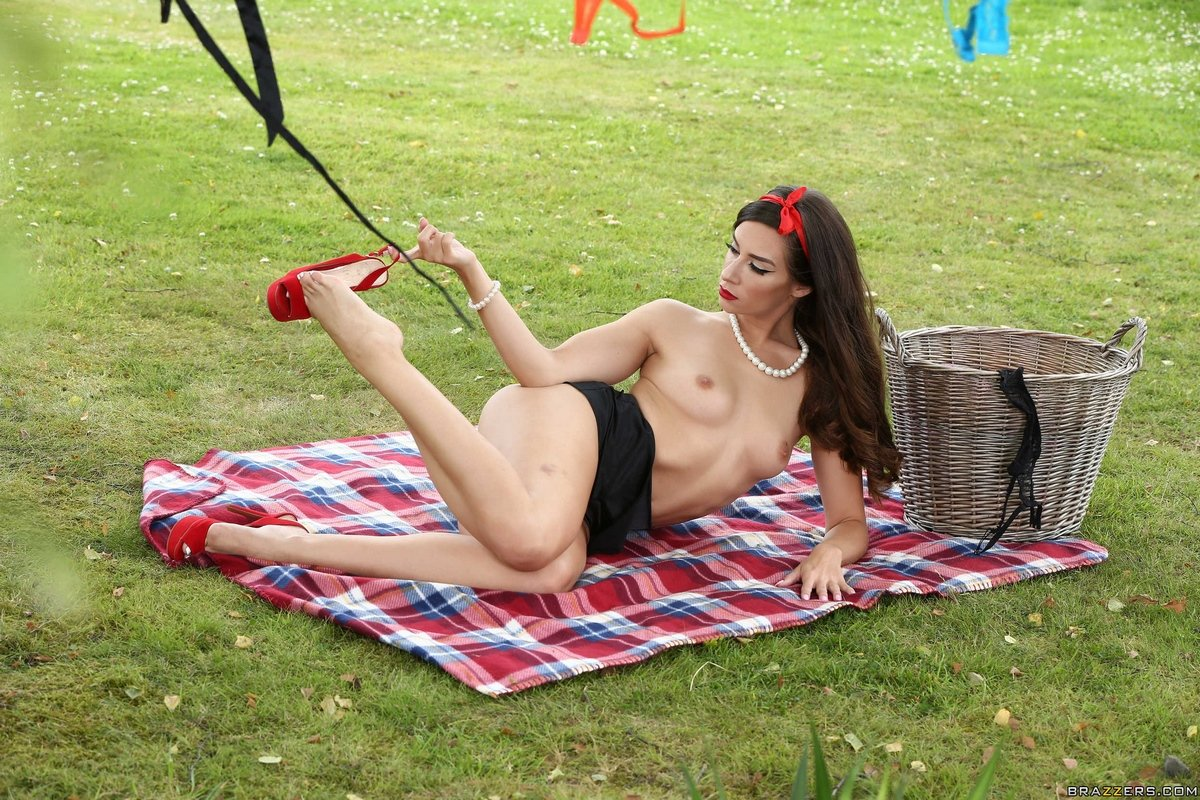 Горячая модель с темными волосами развешивает белье без одежды