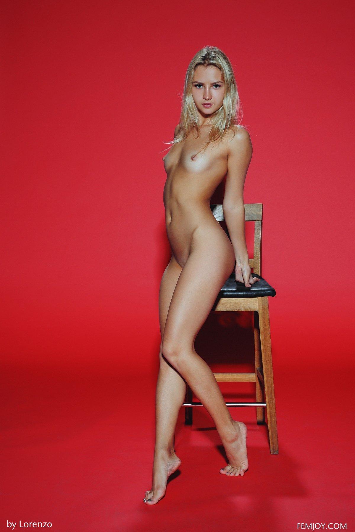 Красивые фото блондинки Hella перед камерой