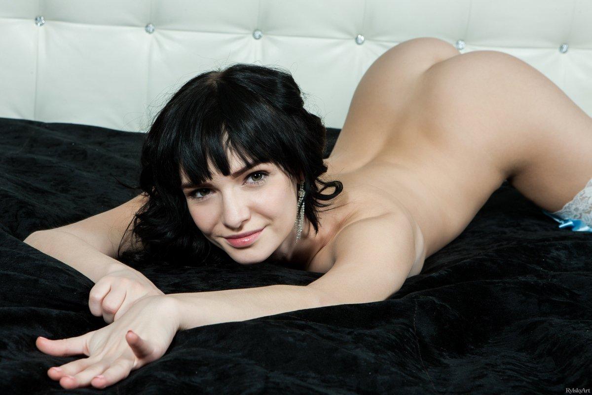 Milania раздвигает ножки в белых чулочках на кровати