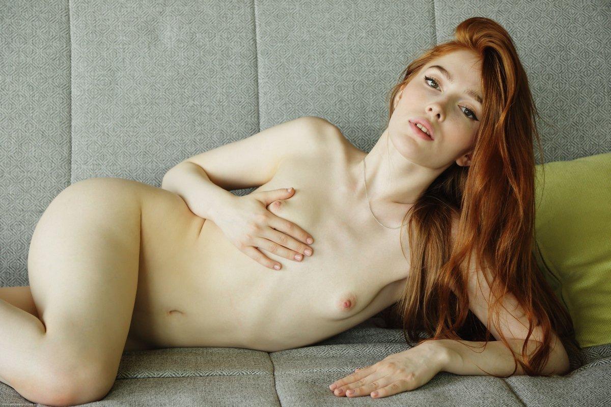 Худенькая девушка с длинными рыжими волосами