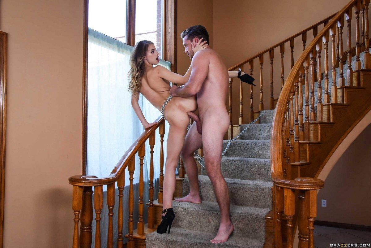 Горячий секс в очко с девушкой на лестнице