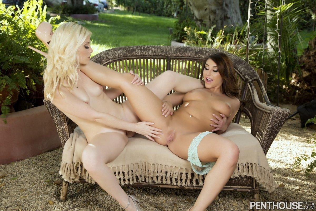 Две милые лесби отсасывают киски в укромном месте