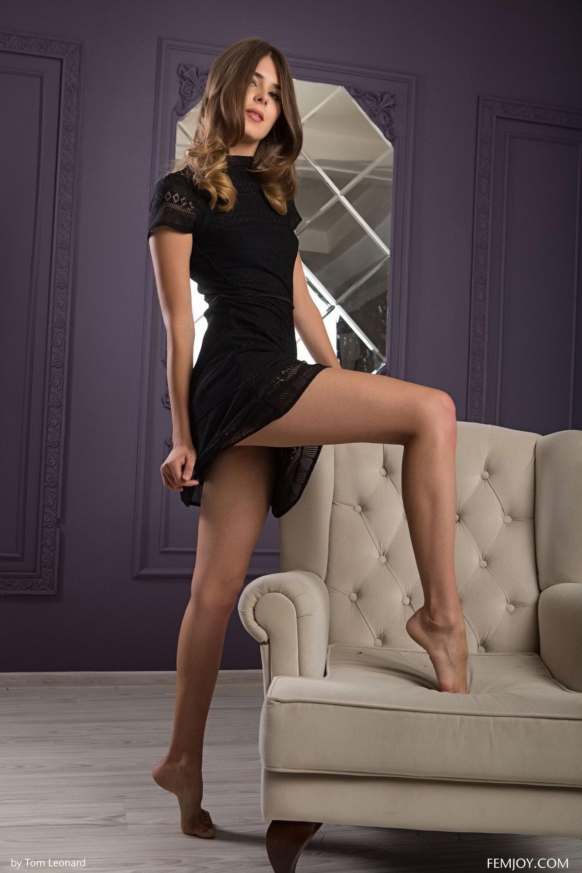 Девушка поднимает ножки порно