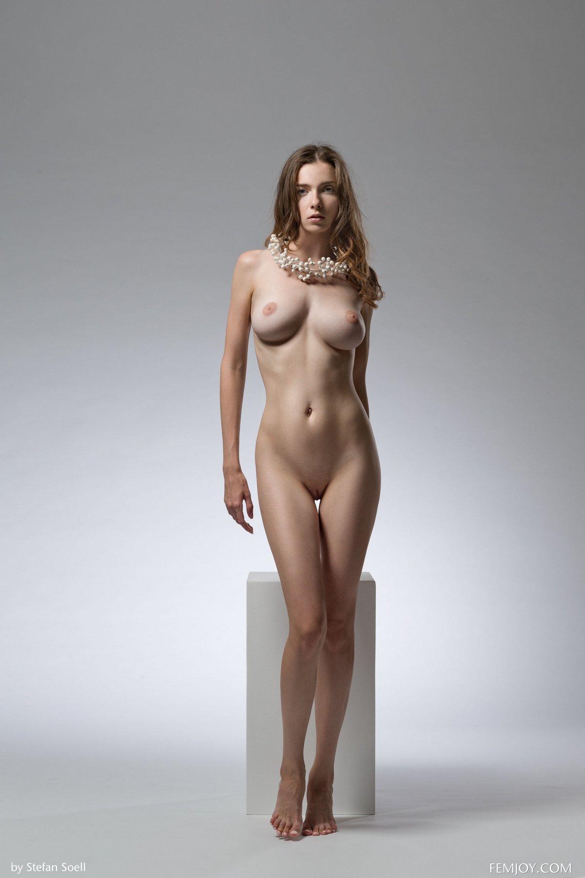 Фото модели Mariposa в студии на кубе