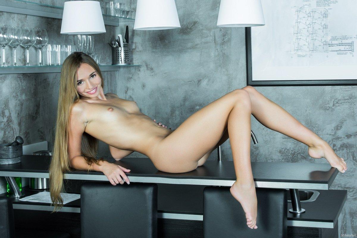 Красотка Steffi задирает стройные ножки на столе