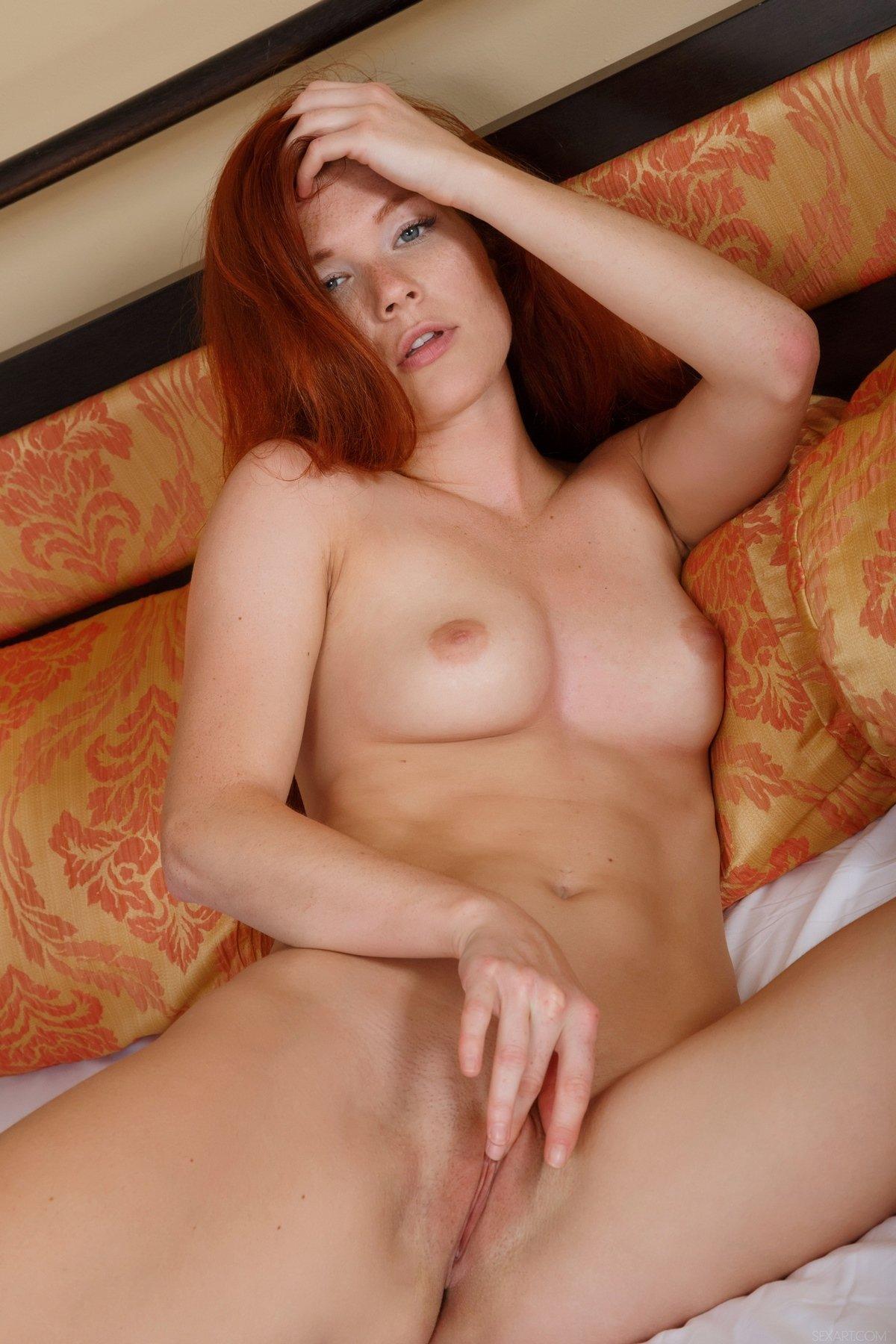 Милашка с чертовски длинными рыжими волосами