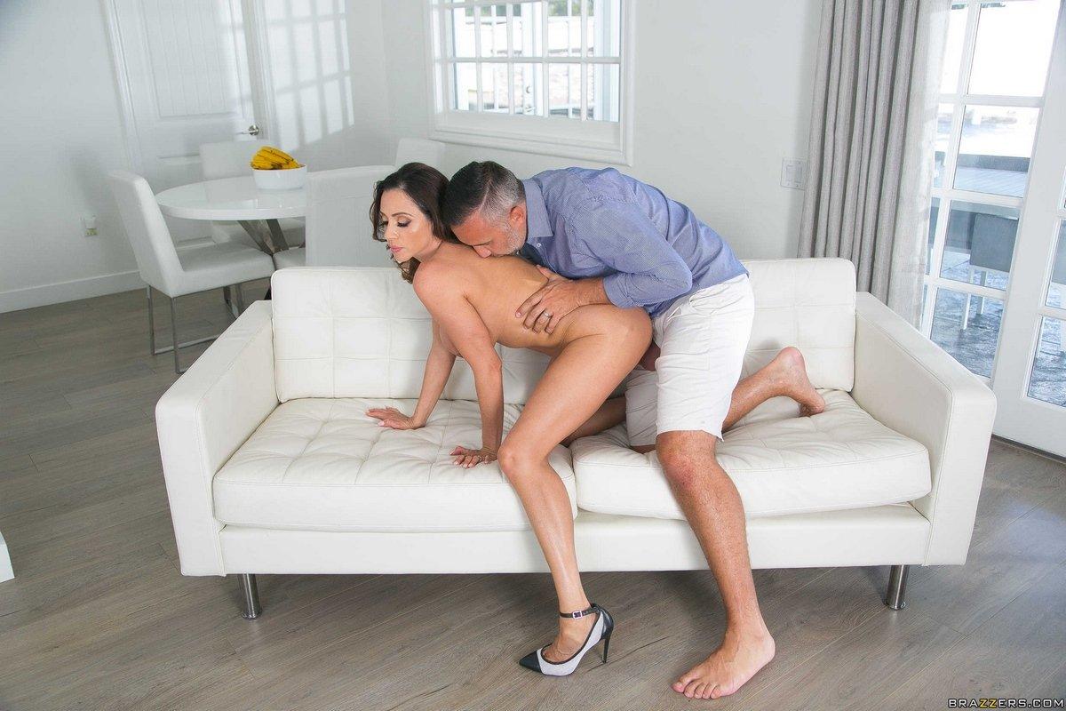 Сиськастая Ariella Ferrera дает в киску в разных позах секс фото