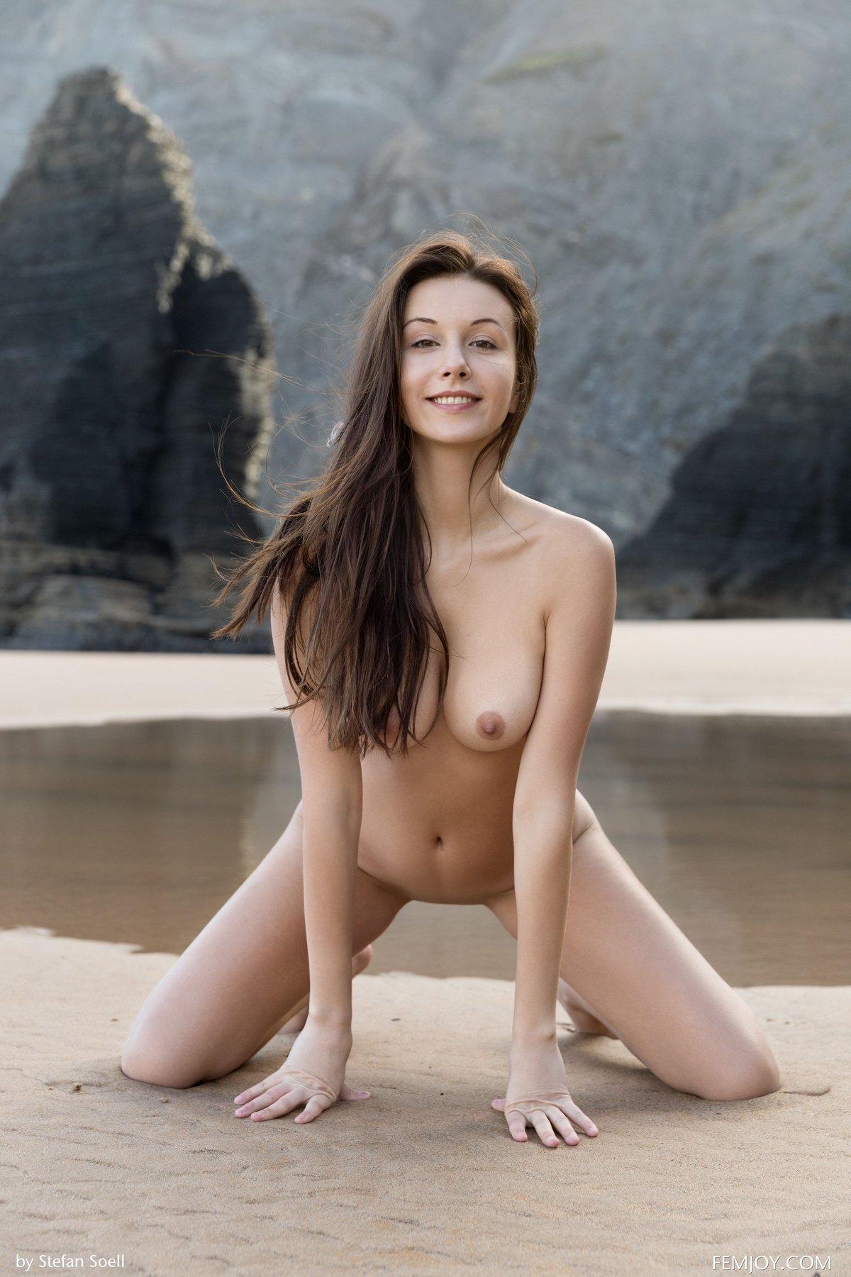 Интим фото красавицы брюнетки у моря
