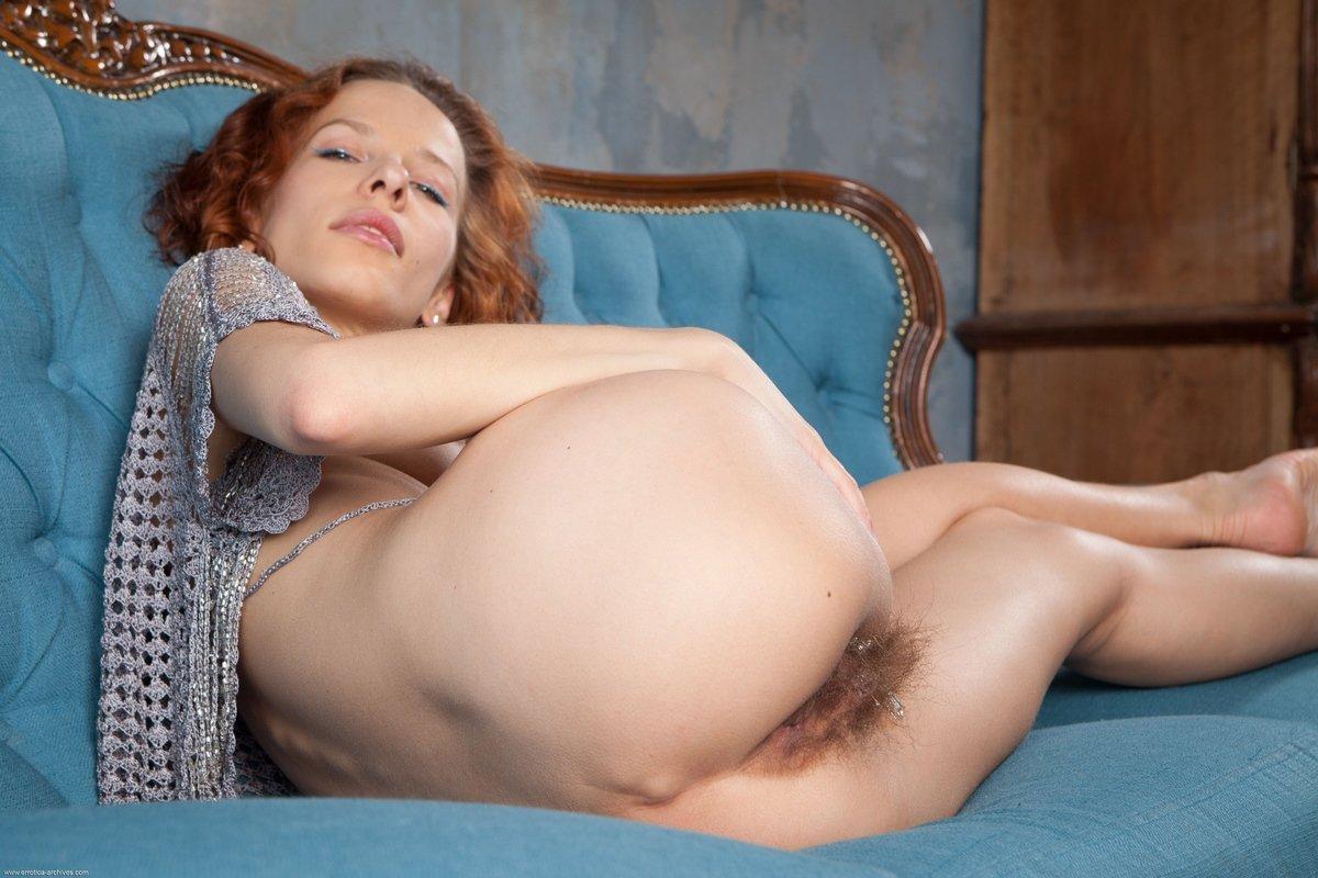 Рыжая женщина с заросшим лобком и вагиной секс фото