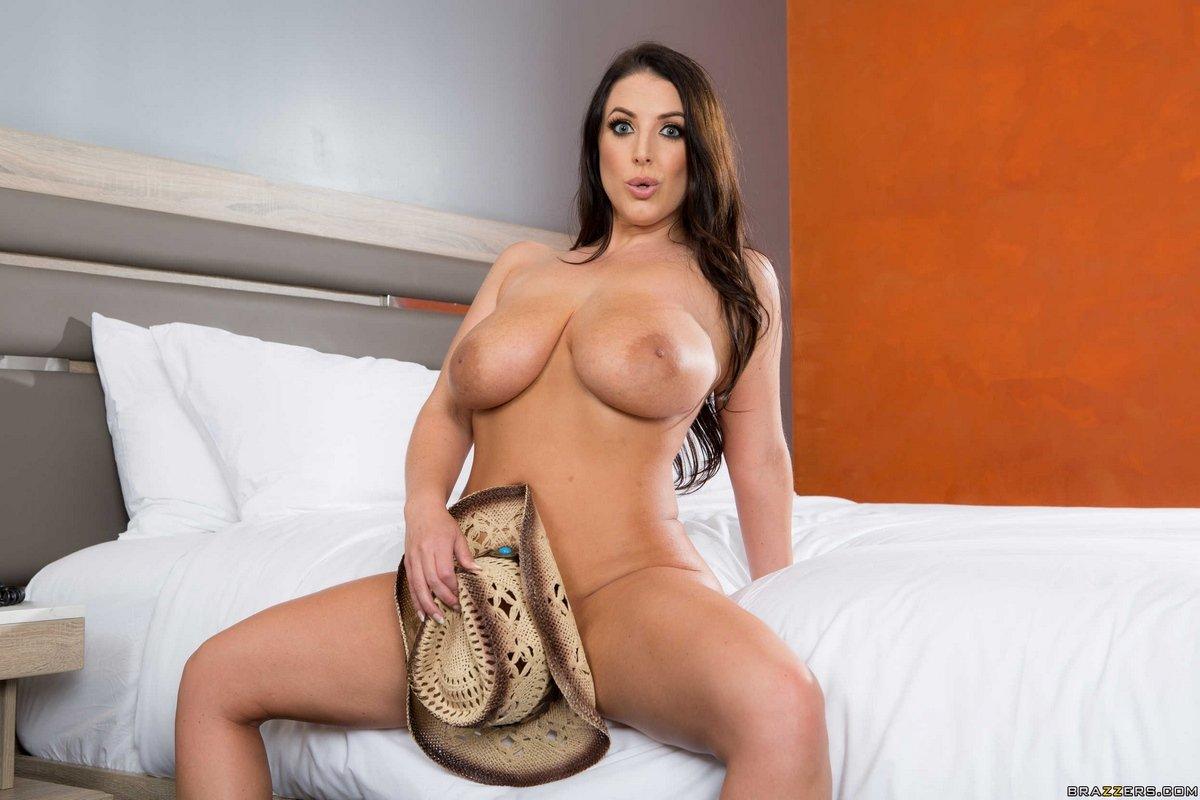 Angela White вывалила сиськи и снимается в ковбойской шляпе