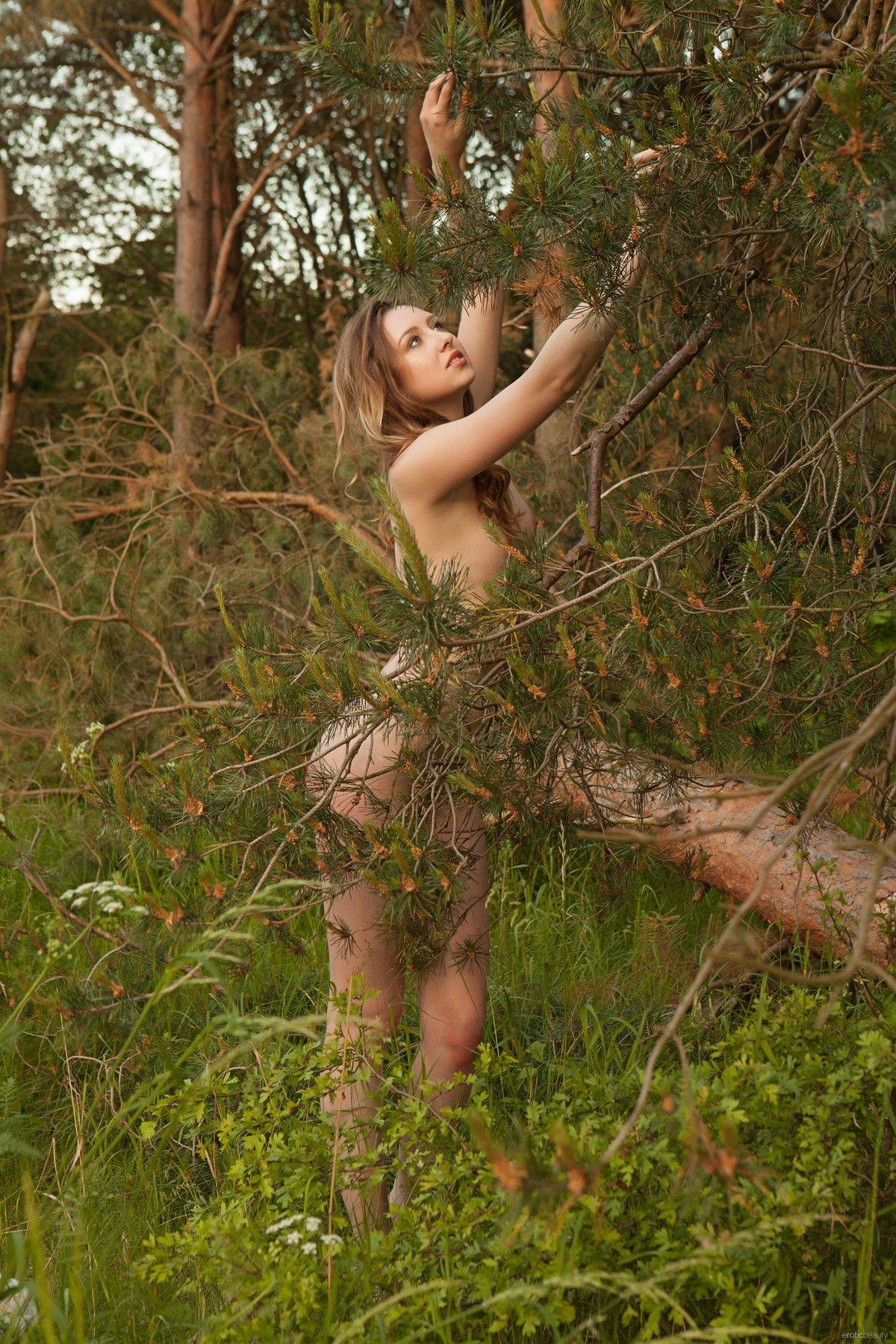 Блондинка с маленькой грудью на полянке