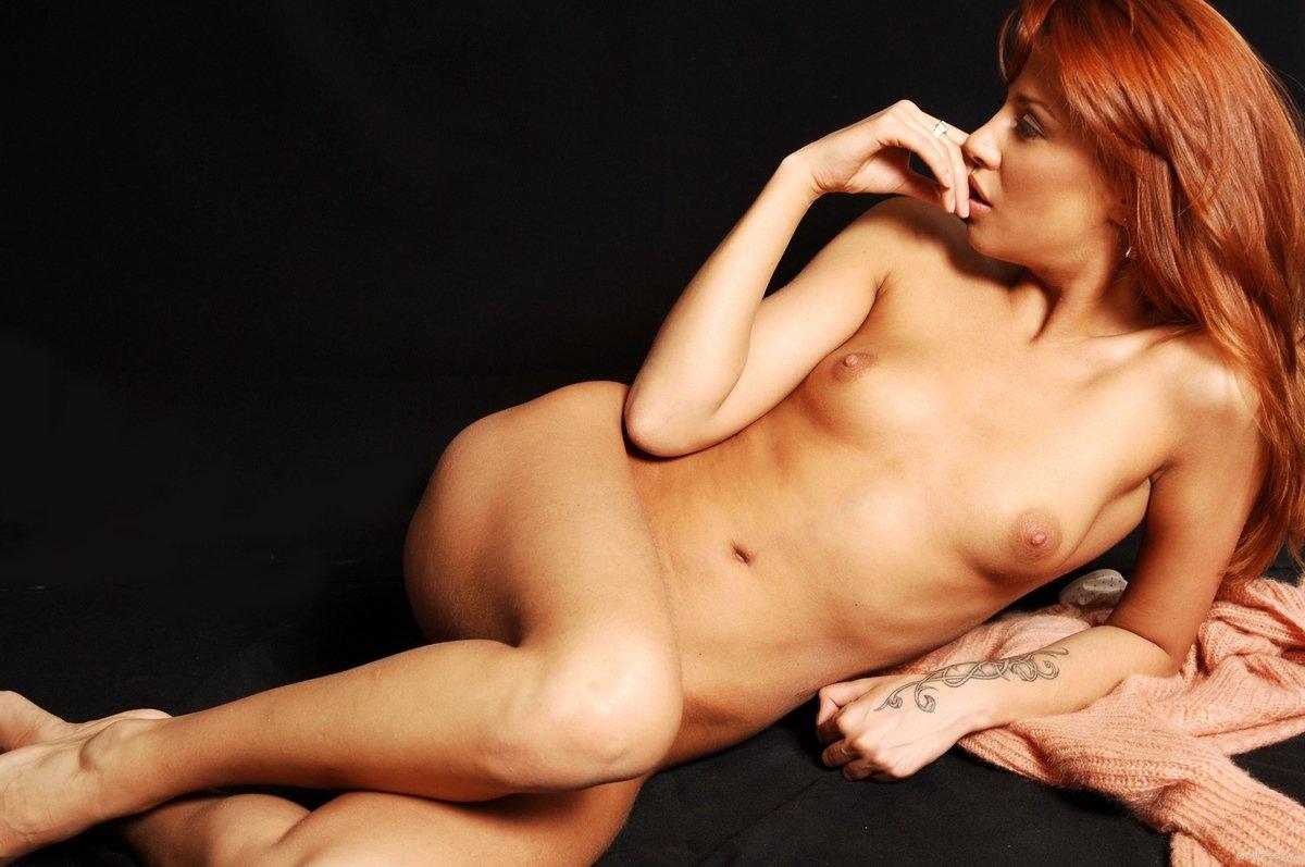 Красотка Lova в светлых стрингах перед камерой секс фото