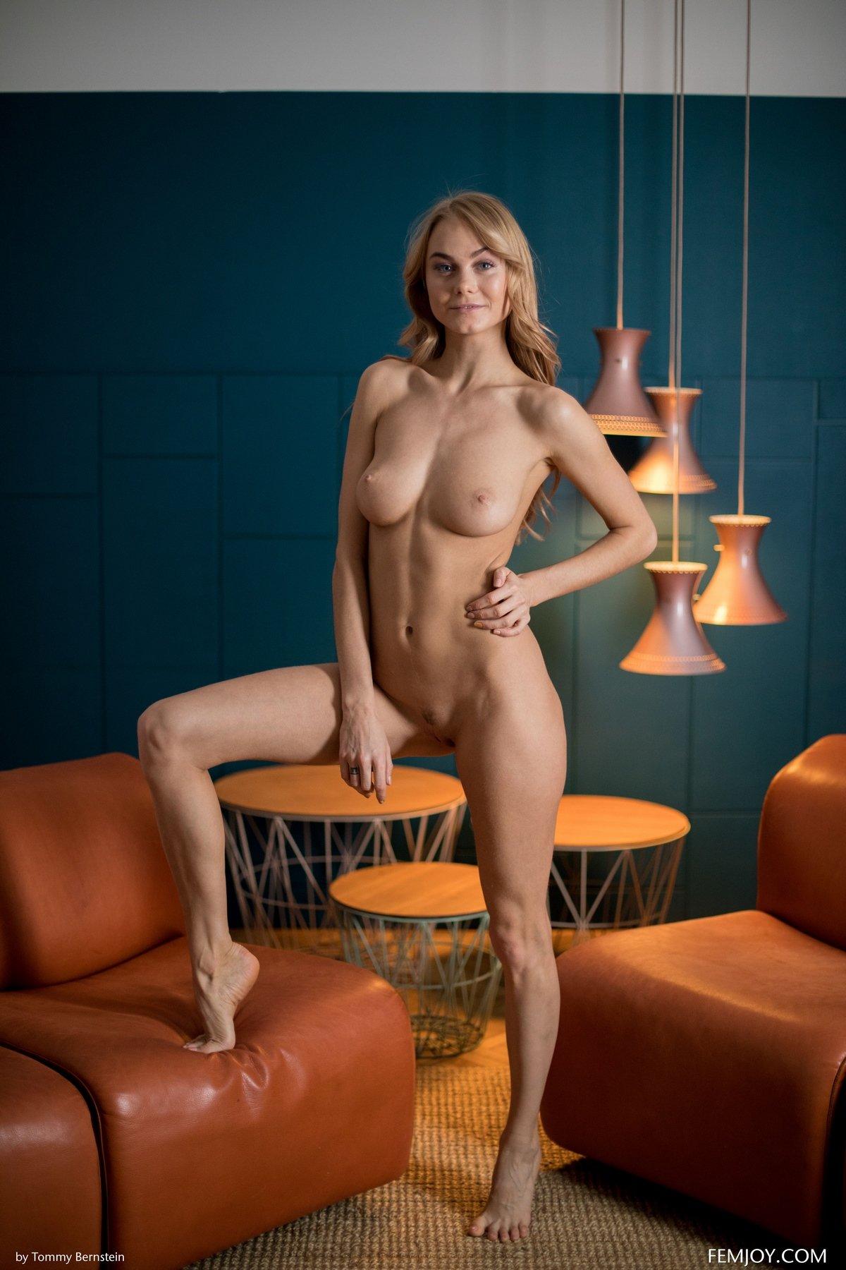 Красивая девушка в прозрачном боди