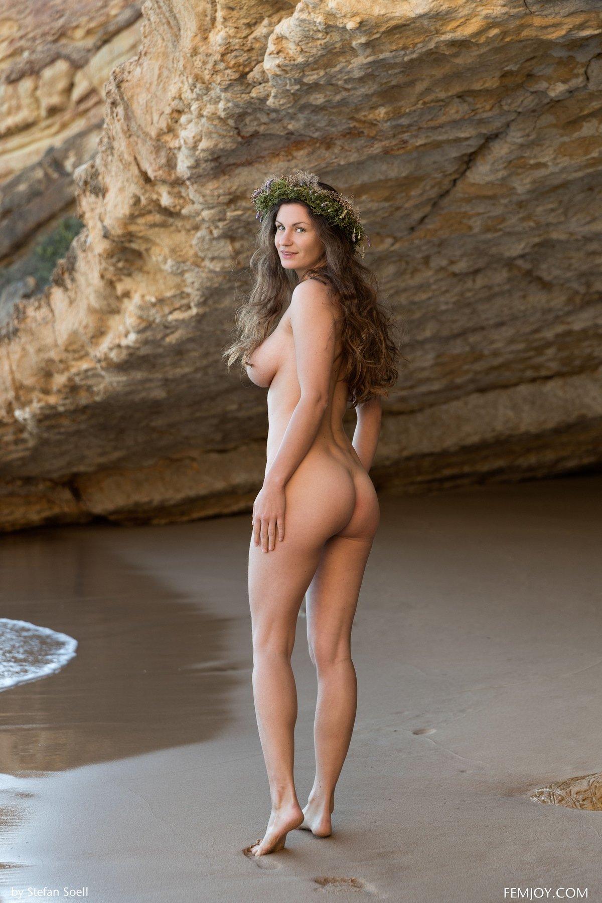 Красивое ню на пляже