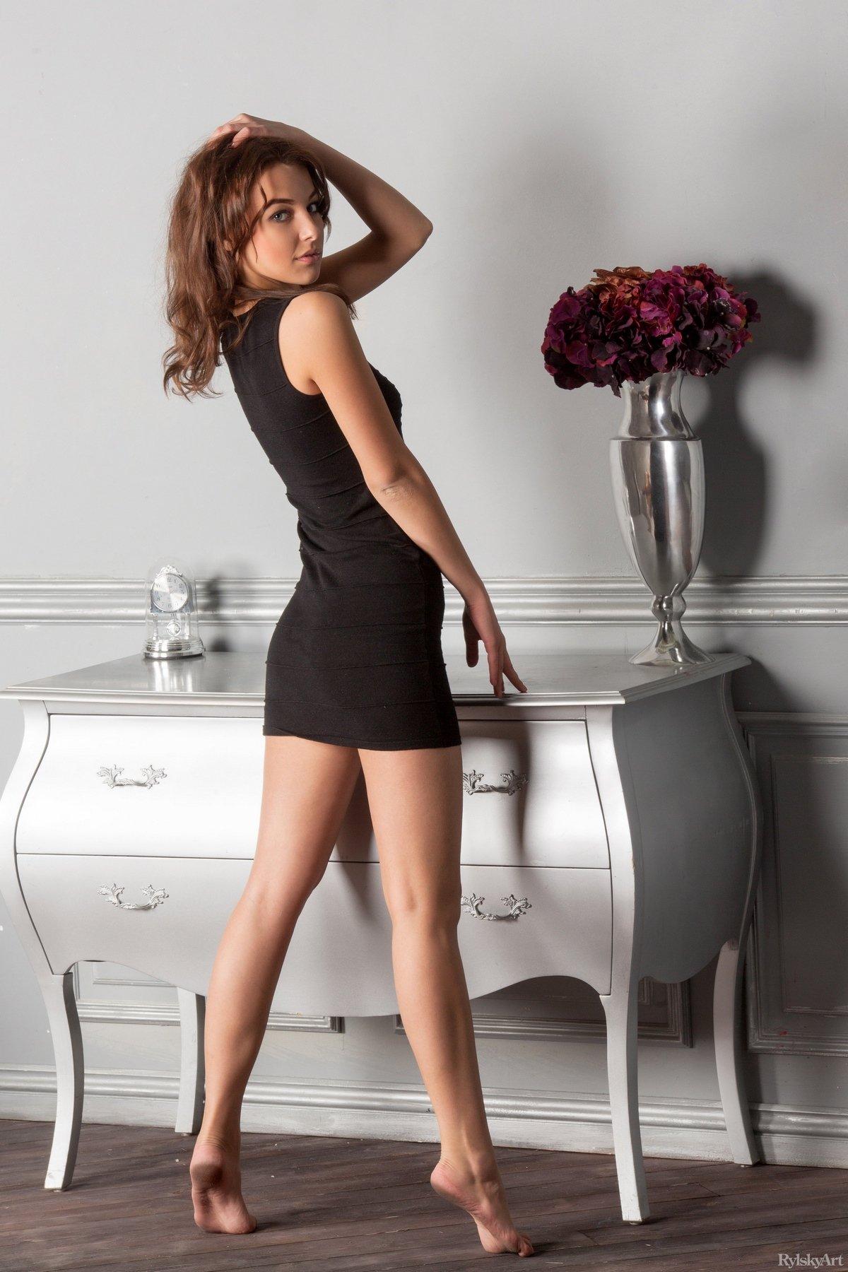 Упругая попка в коротком платье — pic 7