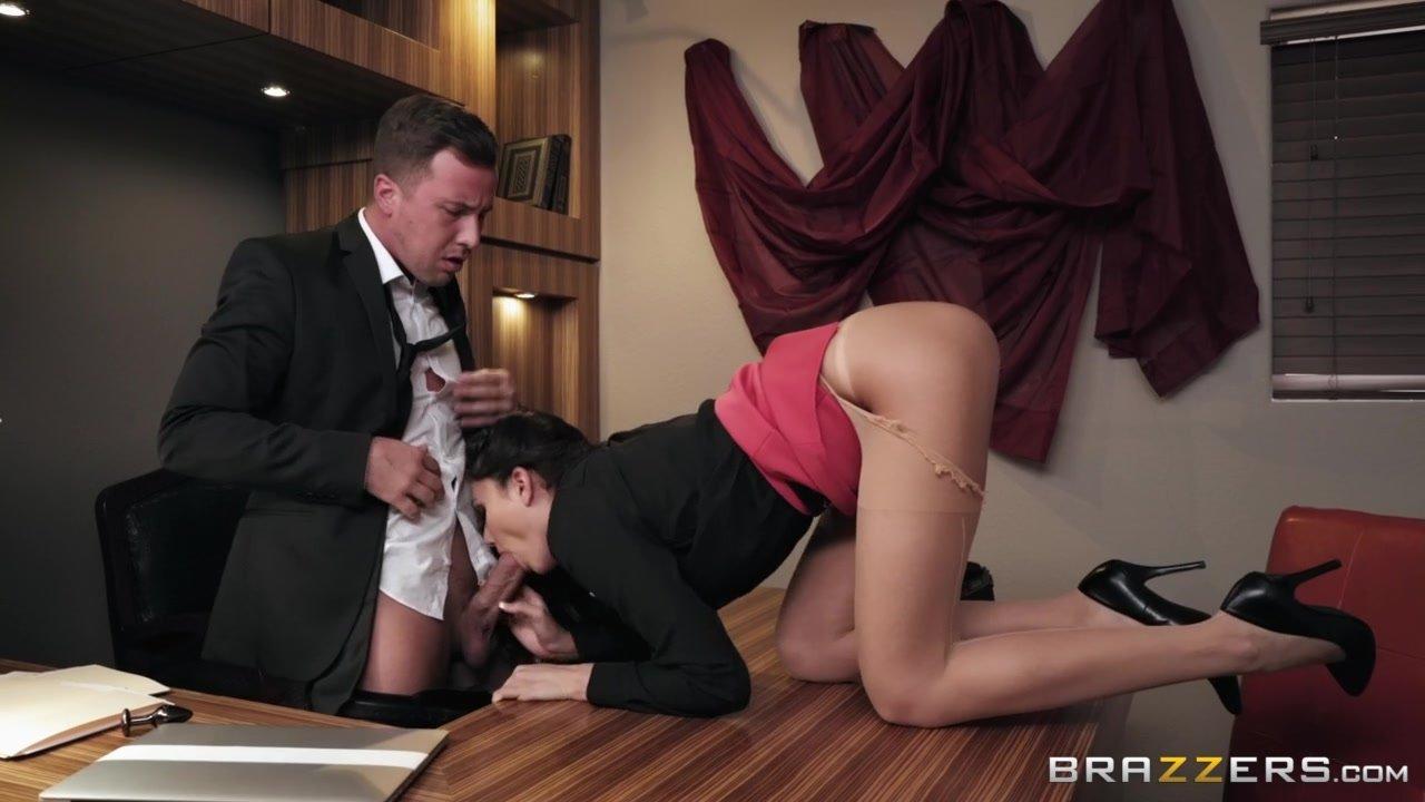 seks-s-effektnoy-v-ofise-veb-kameri-zhestkoe-porno